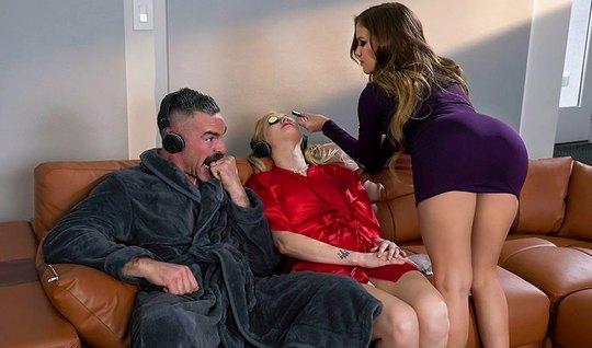 Мужик в гостиной изменяет своей жене с ее грудастой подружкой