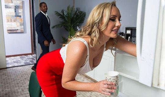 Секретарша в офисе раздвинула ноги в чулках для секса с негром