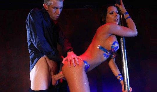 Красотка Мэдисон Айви с большими дойками доводит своего клиента до оргазма