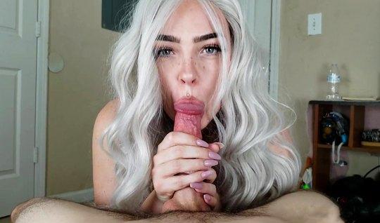 Блондинка зашла в спальню к сводному брату ради домашнего порно...