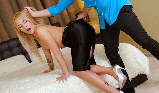 Красивая блондинка после поцелуев получила очень горячий нежный секс...