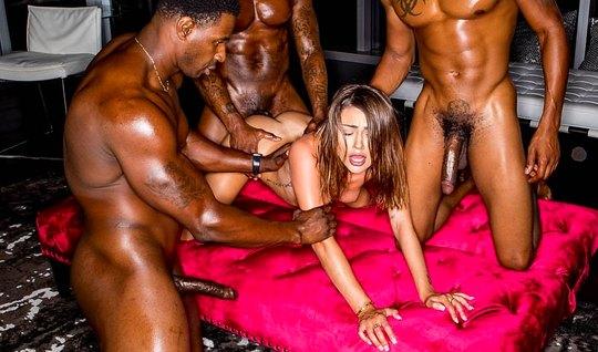 Сексуальная Адриа Раэ получила от негров двойное проникновение и анальный оргазм