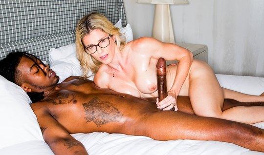 Негр привел сексуальную мамку домой и там жадно трахнул ее членом